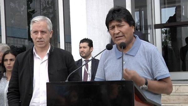 Bolivian varapresidentti Álvaro García Linera (vas.) ja presidentti Evo Morales Meksikoon saapumisensa jälkeen 12.11.2019. Kuva: TeleSUR.