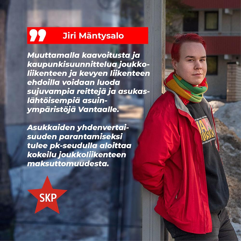 Kuvassa Jiri Mäntysalo nojaamassa bussipysäkkiin ja kuvan päällä sitaatit tekstistä.