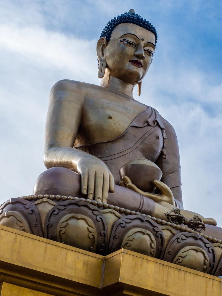 Tämä jättimäinen buddhapatsas vartioi Bhutanin pääkaupunkia.