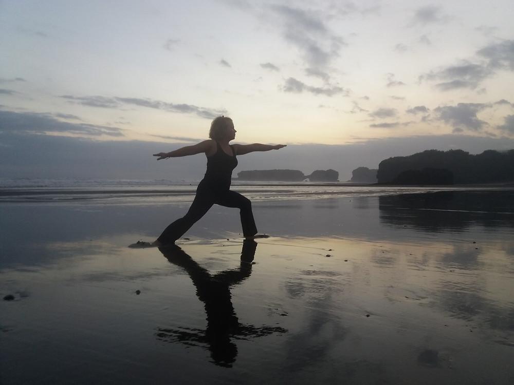 Yksi iltajooga pidettiin tuulisella rannalla, minkä hiekan tulivuori värjää mustaksi