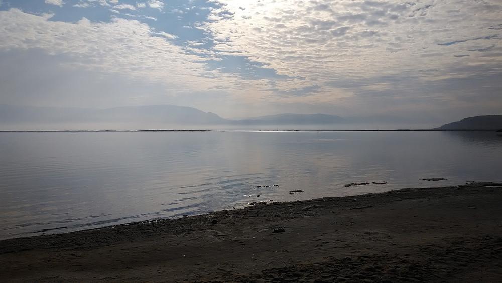 Lämpimään aikaan Kuollutmeri on täynnä turisteja.