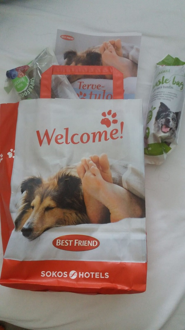 Koira saa oman pikku paketin, missä on muun muassa kakkapusseja ja puruluita.