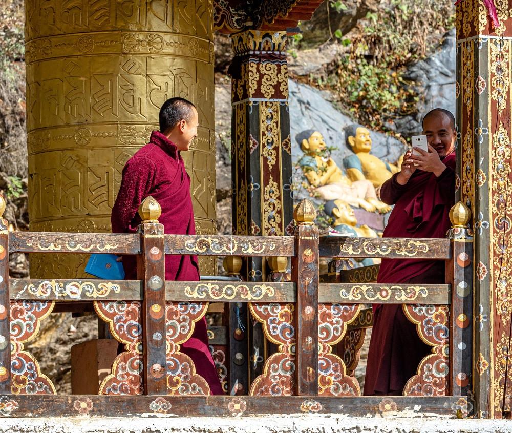 Taustalla iso buddhalainen rukousmylly.