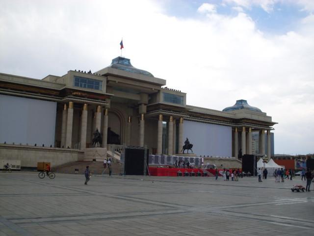 Sühbataar-aukio on yksi Ulan Batorin nähtävyyksistä.