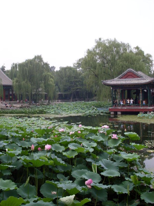 Kesäpalatsi sijaitsee noin 15 km Pekingistä.