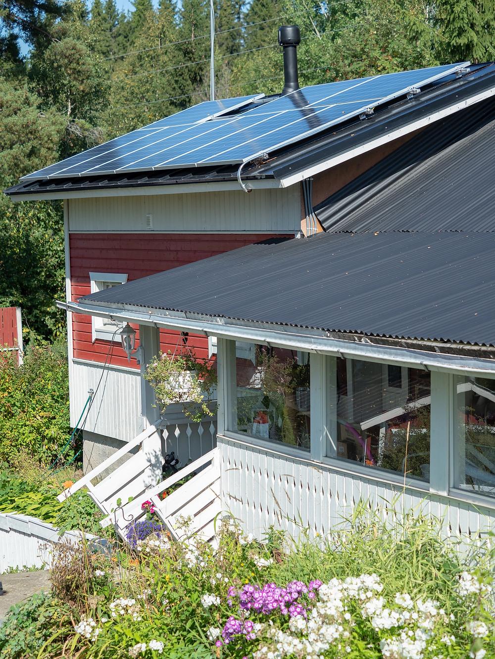 Aurinkopaneelit nostavat koko asunnon arvoa.