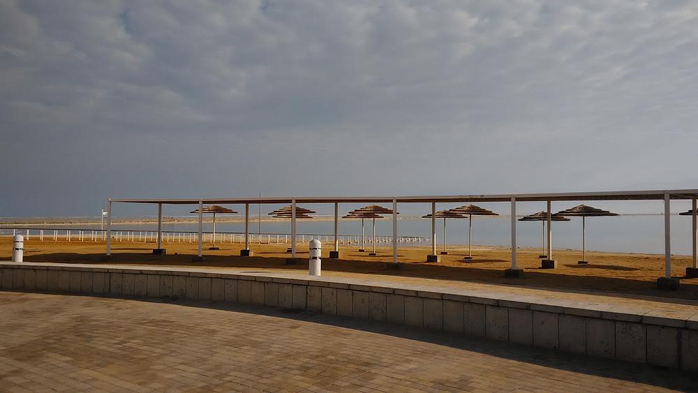 Tammikuun kylmyys tyhjentää Kuolleenmerenkin rannat.