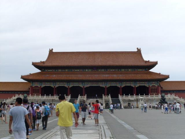 Pekingin väkiluku on 21,54 miljoonaa, ja turistejakin on miljoonia.