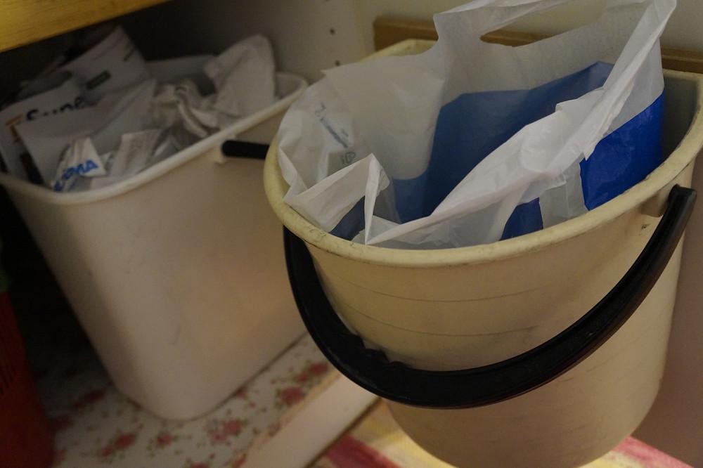 Sekajätteen ja paperin keräysastiat.