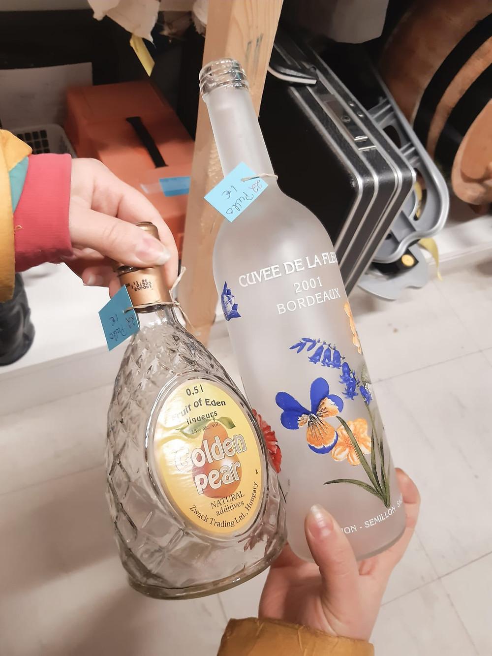Tyhjiä, korkittomia alkoholipulloja euron kappale.