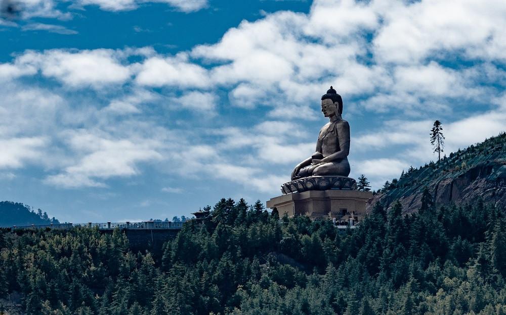 Näyttävät patsaat ja temppelit jäävät mieleen buddhalaisista maista.