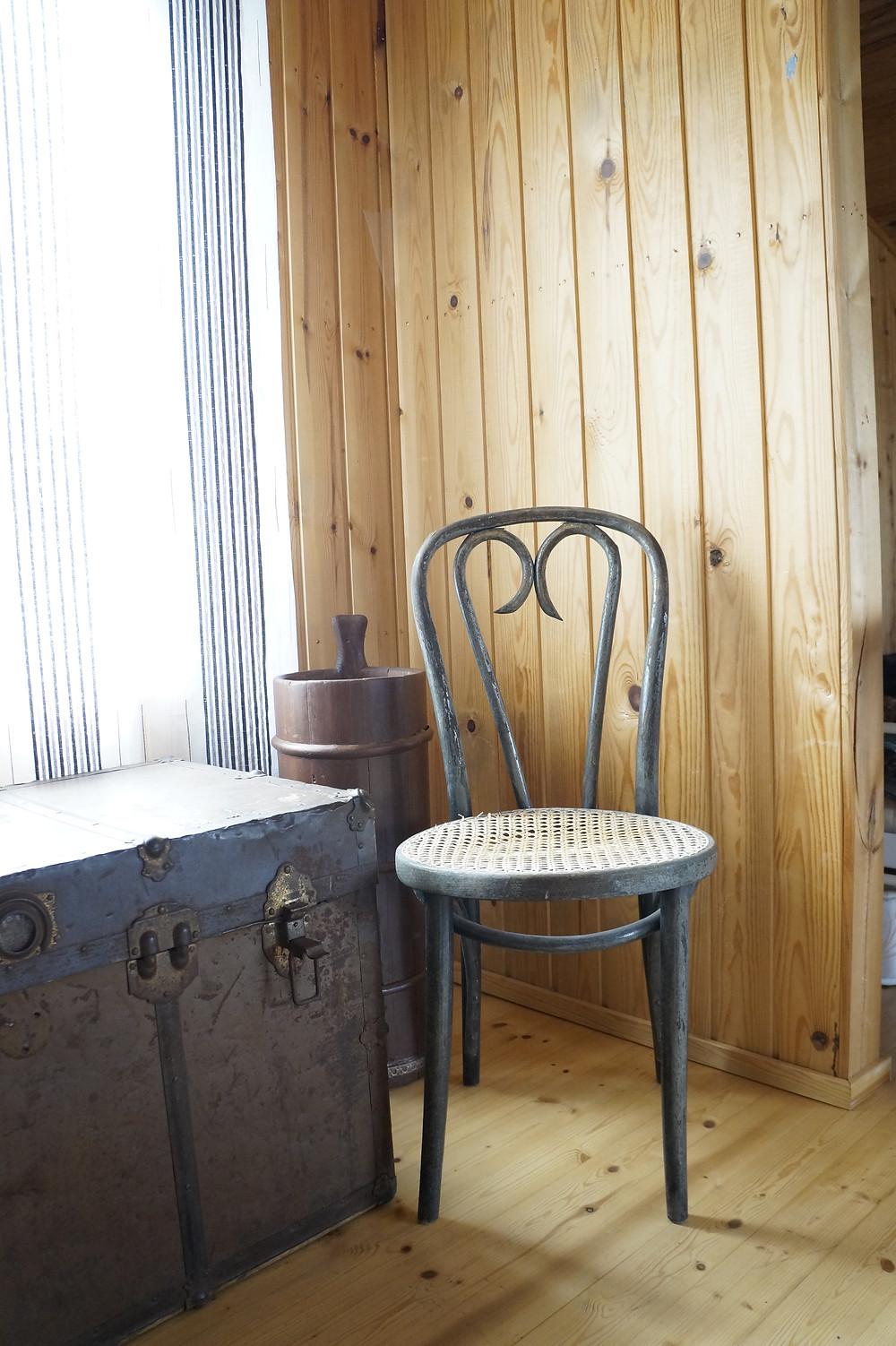 Ameriikanarkku ja verho kirpputorilta. Tuoli löytynyt ilmaiseksi kierrätyskeskuksesta, ja kirnu saatu lahjaksi.