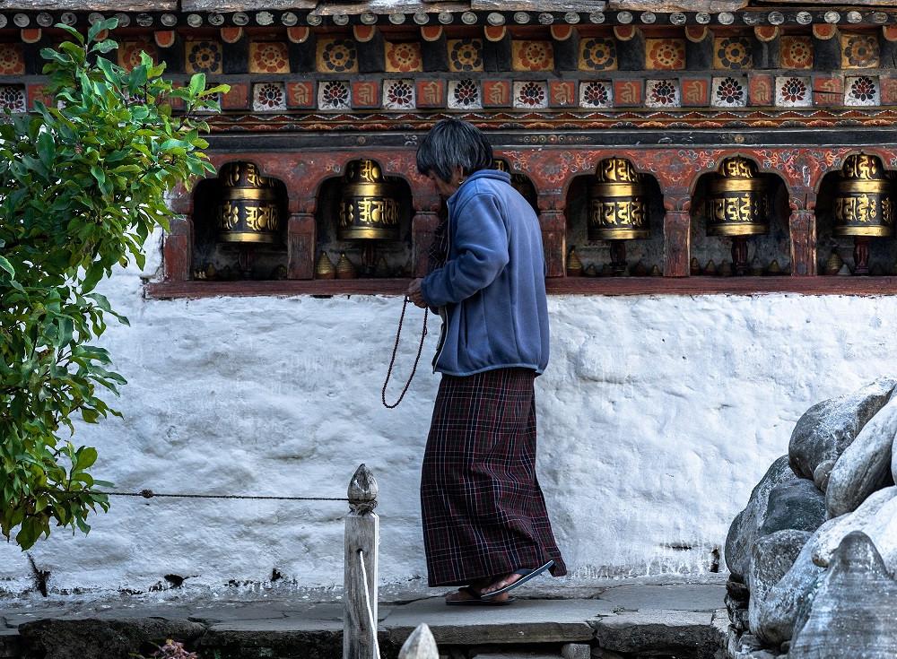 Buddhalaisia rukousmyllyjä bhutanilaisen temppelin seinässä.