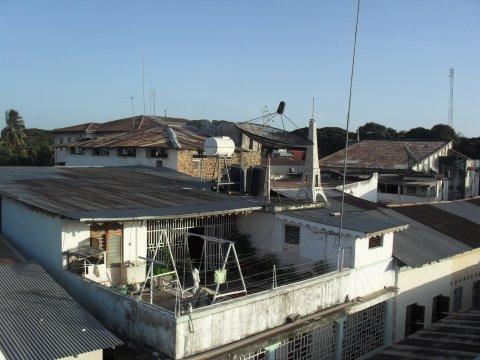 Flamingo Hostellin katolta – Sansibarin kattojen yllä