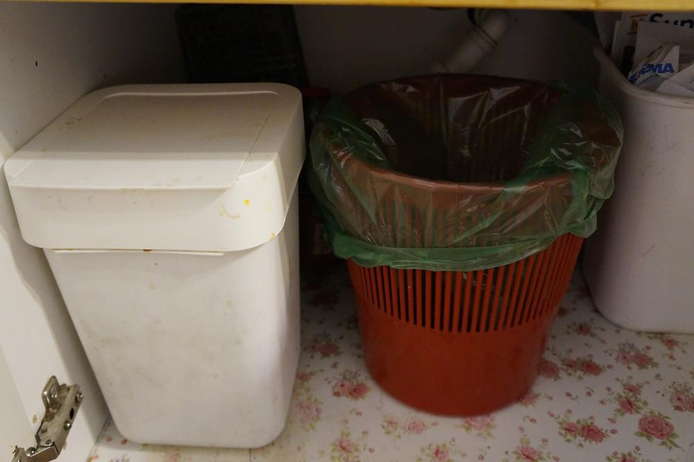 Muovin ja biojätteen keräysastiat.