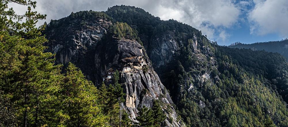 Buddhalaiset luostarit on usein rakennettu vaikeakulkuisiin paikkoihin Himalajalla.
