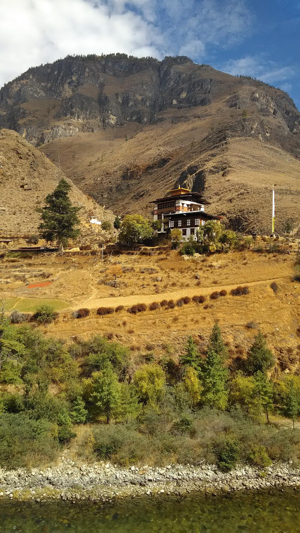 Turistin ei haluta tietävän Bhutanin avioero- ja itsemurhaluvuista, ihmisoikeusrikkomuksista, jäteongelmista, laittomista hakkuista tai salametsästyksestä.