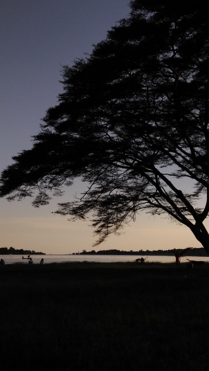 Auringonlasku Victoriajärven rannalla