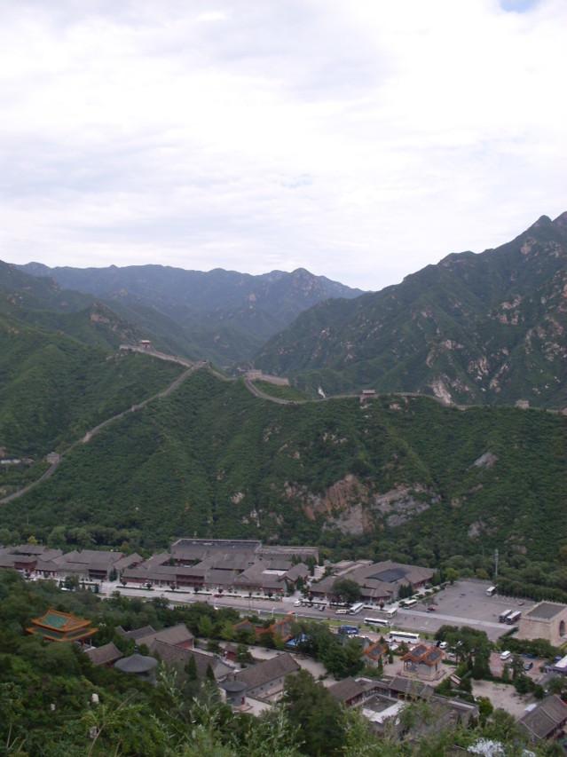 Kiinan muurilla on pituutta 6000–9000 km, laajimman määritelmän mukaan jopa yli 21 000 km.