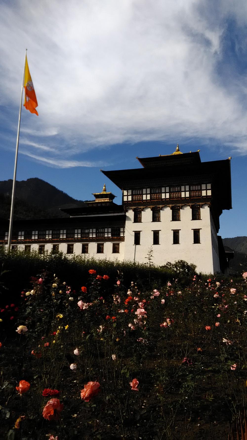 Hallintorakennuksista puolet on munkkien, puolet virkamiesten ja poliitikkojen käytössä.