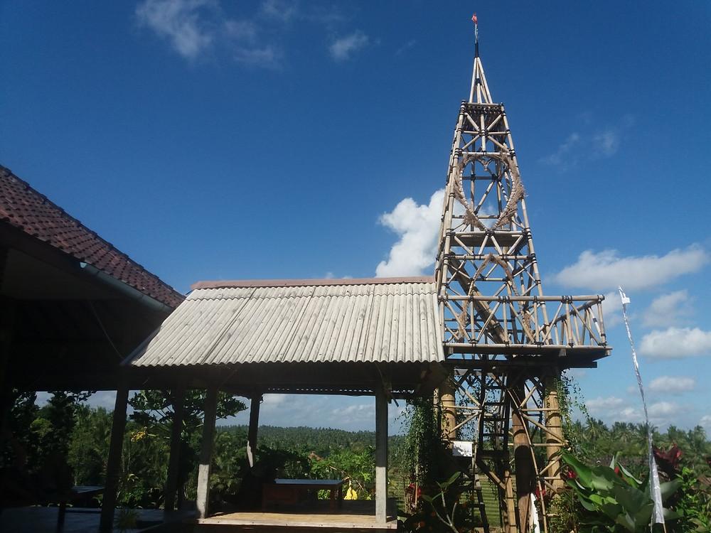 Meillä oli siis koko talo pihoineen ja auringonnousun katseluun rakennettuine torneineen käytettävissämme.