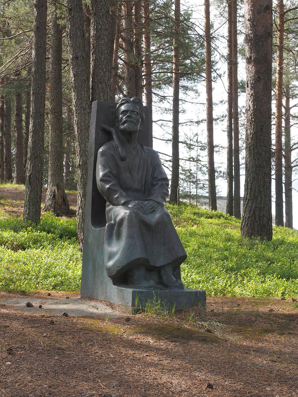 Arhippa Perttusen säätiö on pystyttänyt runonlaulaja Miihkali Perttusen pronssisen patsaan vuonna 1991.