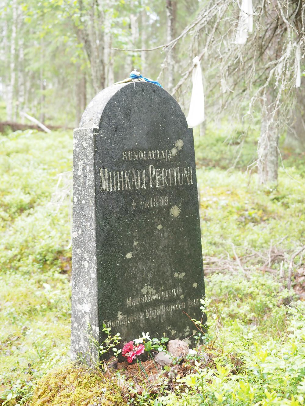 Suomalaisen Kirjallisuuden Seura kunnioitti Miihkali Arhippaista kivisellä paadella.