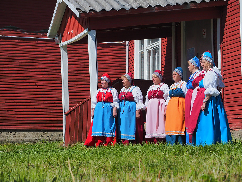 Paikallinen naiskuoro esitti Sommelo-tapahtumaan liittyvässä konsertissa muun muassa Jyskyjärven kylässä -laulun.