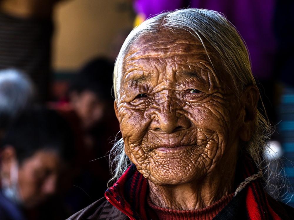 Buddhalainen, Himalajan auringon ahavoittava bhutanilaisnainen.
