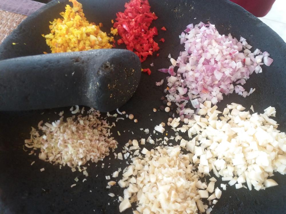 Balilainen ruoanlaitto alkaa mausteiden ja sipulien hienontamisesta.