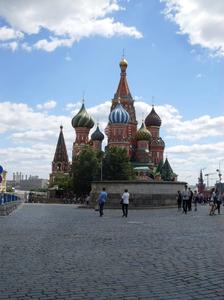 Pyhän Vasilin katedraalin takaa lähtee Hop on, hop off -bussi.