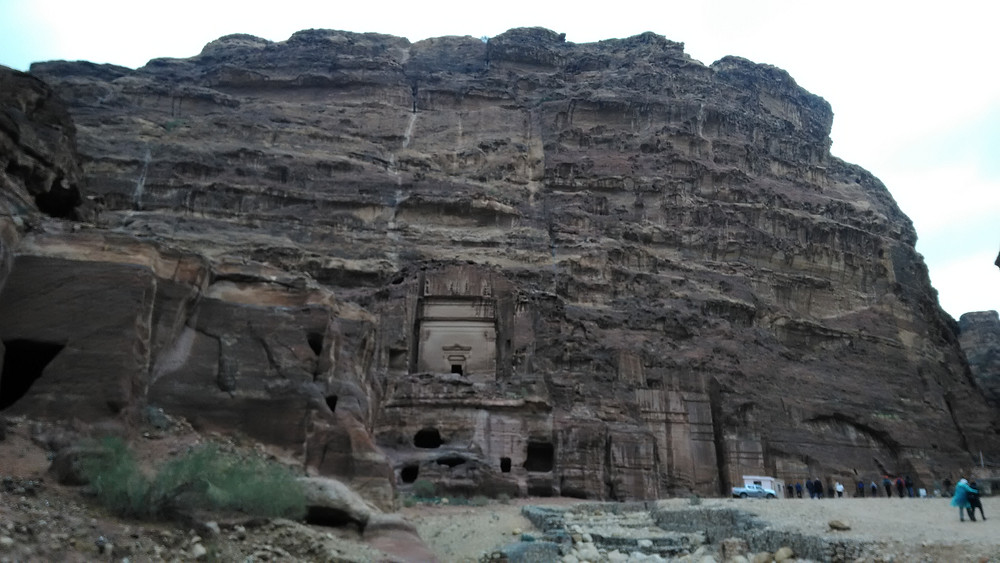 Kallioseinämässä olevat kolot johtavat Petran vanhoihin asuntoihin.