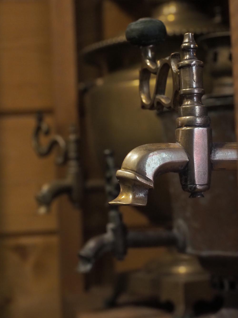 Samovaarista saa kuumaa vettä, junassakin.