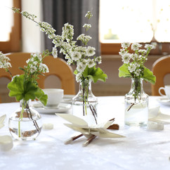 Gedeckter-Tisch-zu-feierlichem-Anlass---Stockfoto-870873608_5472x3648.jpeg