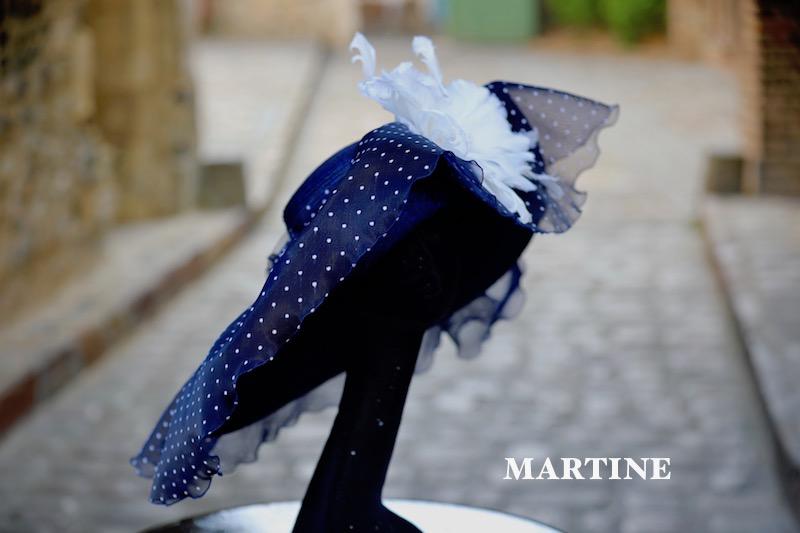 MARTINE en bleu marine avec une fleur en pume blanche
