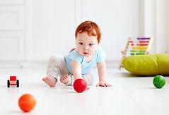 Bebê de cabeça vermelha