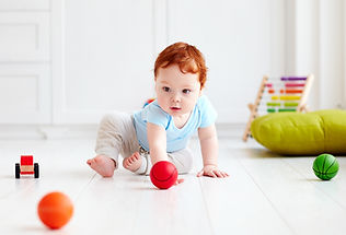 Bebé cabeza roja