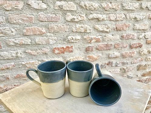 Mugs avec anse Artisanal en grés France blanc et bleu