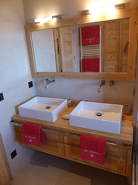 Salle de bains avec vasques et baignoire