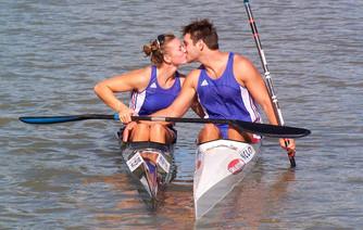 Ce couple de kayakistes qui rêve de gravir les montagnes