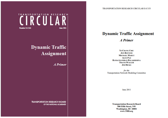 What is DynusT's traffic assignment principle?