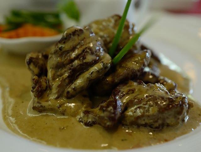 Emincé de filet de boeuf avec une sauce foresière émulsionné à la truffe
