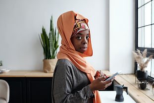 portrait-of-muslim-woman-using-smartphon