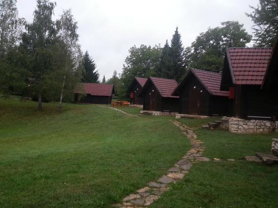 Bungalows de un camping, en el Parque Nacional de Plitvice. Croacia