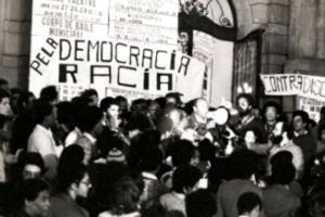 Ato público contra o racismo, escadaria do Theatro Municipal de São Paulo, 1978. (Fonte da foto: Afropress)