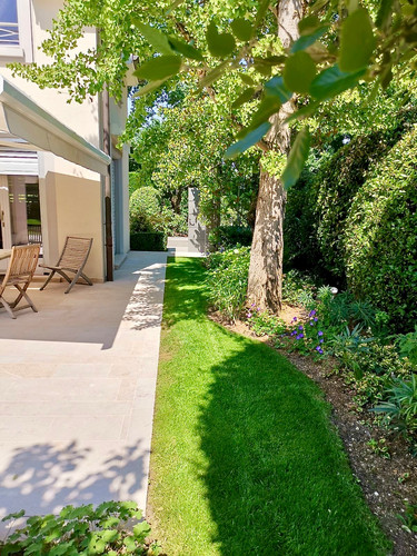 Terrasse, pelouse, massif