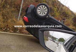 Está pasando: Accidente con el vuelco de un coche en la carretera de Cajiz