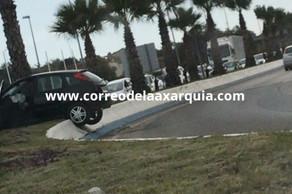 Un vehículo se empotra contra una mediana en la entrada de Torre del Mar