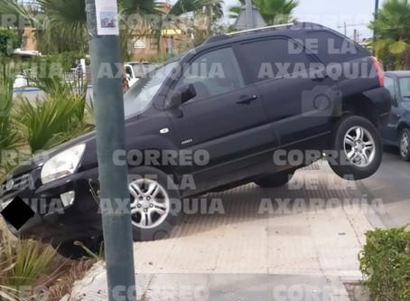Un vehículo queda inmovilizado tras salirse de la vía en Torre del Mar
