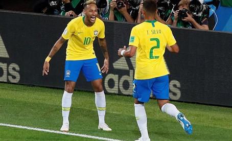 Una Brasil sin brillo pasa a octavos como primera de grupo (0-2)